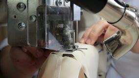 Naaister aan het werk door de naaien-machine stock footage