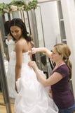 Naaister die bruid helpt. Royalty-vrije Stock Afbeeldingen
