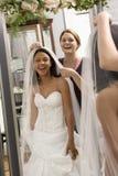 Naaister die bruid helpt. Stock Afbeeldingen