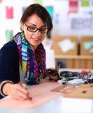 Naaister die klerenpatroon op papier ontwerpen Royalty-vrije Stock Fotografie