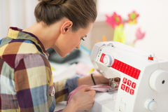 Naaister die met naaimachine werken Achter mening Stock Afbeelding