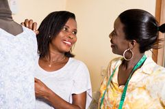 Naaisters die elkaar met een glimlach bekijken stock foto