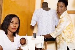 Naaisters in hun naaiende workshop stock afbeeldingen