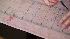 Naaisters scherpe textiel stock video