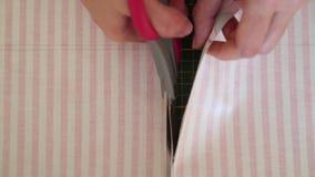 Naaisters scherpe textiel stock footage