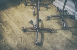 Naaisters in traditionele stijl op wielen voor ledenpoppen over houten royalty-vrije stock afbeelding