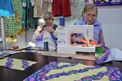 Naaistersvrouw die aan naaimachine werken Royalty-vrije Stock Foto