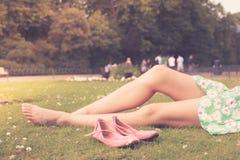 Naakte benen van een vrouw in het park Stock Afbeeldingen