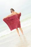 Naakte brunette die een handdoek houdt royalty-vrije stock fotografie