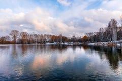 Naakte de herfstbomen op de kust van het meer Stock Afbeelding