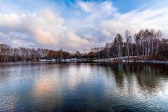 Naakte de herfstbomen op de kust van het meer Stock Foto