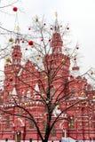 Naakte die boom met Kerstmisballen wordt verfraaid Royalty-vrije Stock Afbeeldingen