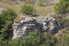 Naakte lagen van de korst op Lisaya-Berg, Rusland Stock Afbeeldingen
