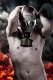Naakte mens met gasmasker over explosieachtergrond stock foto