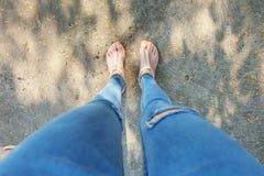 Naakte Schoenenvrouw en de Gele Toebehoren van het Ananasoverhemd Sluit omhoog op Meisjes` s Voeten die Naakte Sandals en Gebrek  Stock Foto's