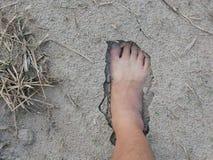 Naakte voet van een mens op natuurlijke zachte zandige grondgrond royalty-vrije stock foto