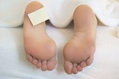 Naakte voeten in bed met schrijfpapier Royalty-vrije Stock Foto's