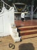 Naakte voeten bij de fotografie van de gebedstraat Stock Afbeeldingen