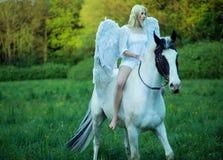 Naakte voeten engelen die een paard berijden Stock Foto's