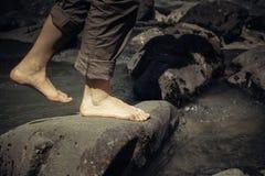 Naakte voeten meisjes die in een stroom van bergrivier lopen Stock Afbeeldingen