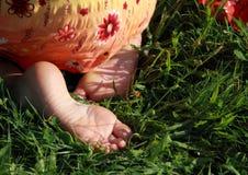 Naakte voeten van een meisje Stock Afbeeldingen