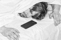 Naakte voeten van een mens die uit van onder de inham gluren De vrolijke jonge mens is ontwaken na het slapen in de ochtend royalty-vrije stock afbeeldingen