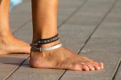 Naakte voeten, naakte voet, armbanden, enkel, sokjes Stock Foto's
