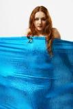Naakte vrouw achter gespannen doek Royalty-vrije Stock Foto