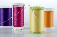Naald en draad met vier spoelen van draad Royalty-vrije Stock Foto