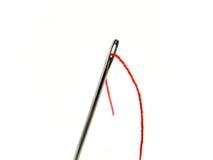 Naald en rood garen royalty-vrije stock afbeelding