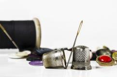 Naald en vingerhoedje royalty-vrije stock afbeelding