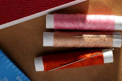 Naald, spoelen met draden, boek en een meetlint Royalty-vrije Stock Foto's