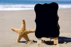 Naambord op tha zandig strand Stock Foto's