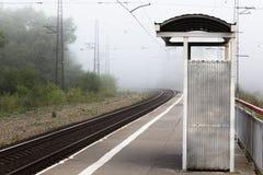 Naamloos ophoudend spoorwegplatform vroeg in de ochtend in F stock afbeeldingen