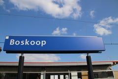 Naamteken op de post Boskoop op de r-Net trein tussen Gouda en het hol Rijn van Alphen aan dat door partij van vertraging beroemd royalty-vrije stock foto