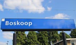 Naamteken op de post Boskoop op de r-Net trein tussen Gouda en het hol Rijn van Alphen aan dat door partij van vertraging beroemd royalty-vrije stock afbeeldingen