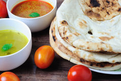 Naan小面包干用咖喱和dhal调味汁 免版税库存图片