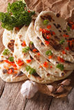 Ινδικό επίπεδο ψωμί Naan με το σκόρδο και την κινηματογράφηση σε πρώτο πλάνο χορταριών κάθετος Στοκ εικόνες με δικαίωμα ελεύθερης χρήσης