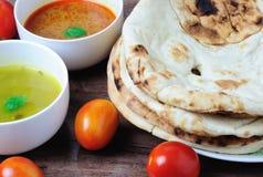 Naan-Flatbread mit Curry und dhal Soße Lizenzfreies Stockbild