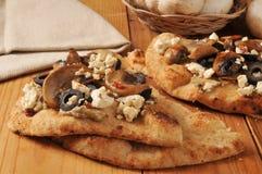 Naanbrood met Mediterrane bovenste laagjes Royalty-vrije Stock Fotografie
