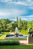 Naantali, Finlandia - 28 Czerwiec, 2019: Kultaranta oficjalna lato siedziba prezydent Finlandia Flaga podnosząca - prezydent jest zdjęcie stock