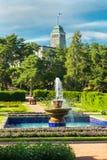 Naantali, Finlandia - 28 Czerwiec, 2019: Kultaranta oficjalna lato siedziba prezydent Finlandia Flaga podnosząca - prezydent jest obraz royalty free