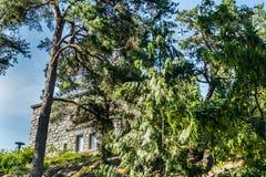 Naantali, Finlandia - 28 Czerwiec, 2019: Kultaranta oficjalna lato siedziba prezydent Finlandia Flaga podnosząca - prezydent jest zdjęcie royalty free