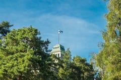 Naantali, Finlandia - 28 Czerwiec, 2019: Kultaranta oficjalna lato siedziba prezydent Finlandia Flaga podnosząca - prezydent jest zdjęcia royalty free