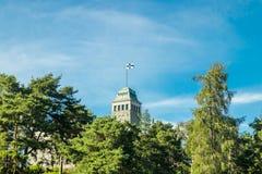 Naantali, Finlandia - 28 Czerwiec, 2019: Kultaranta oficjalna lato siedziba prezydent Finlandia Flaga podnosząca - prezydent jest zdjęcia stock