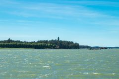 Naantali, Finlandia - 28 Czerwiec, 2019: Kultaranta oficjalna lato siedziba prezydent Finlandia Widok od morza flagi fotografia stock