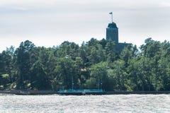 Naantali, Finlandia - 28 Czerwiec, 2019: Kultaranta oficjalna lato siedziba prezydent Finlandia Widok od morza flagi obraz royalty free