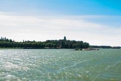 Naantali, Finlandia - 28 Czerwiec, 2019: Kultaranta oficjalna lato siedziba prezydent Finlandia Widok od morza flagi zdjęcie stock