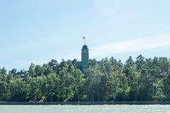 Naantali, Finlandia - 28 Czerwiec, 2019: Kultaranta oficjalna lato siedziba prezydent Finlandia Widok od morza flagi zdjęcia stock