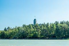 Naantali, Finlandia - 28 Czerwiec, 2019: Kultaranta oficjalna lato siedziba prezydent Finlandia Widok od morza flagi fotografia royalty free